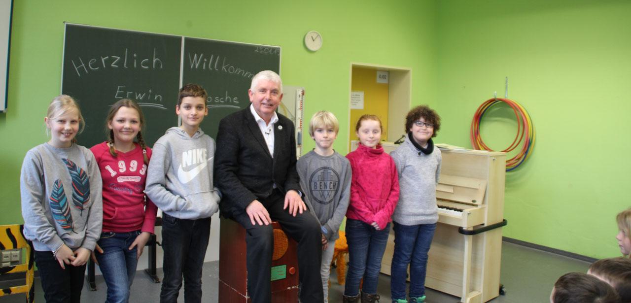 Erwin Grosche zu Gast am Grundschulverbund Benhausen-Neuenbeken